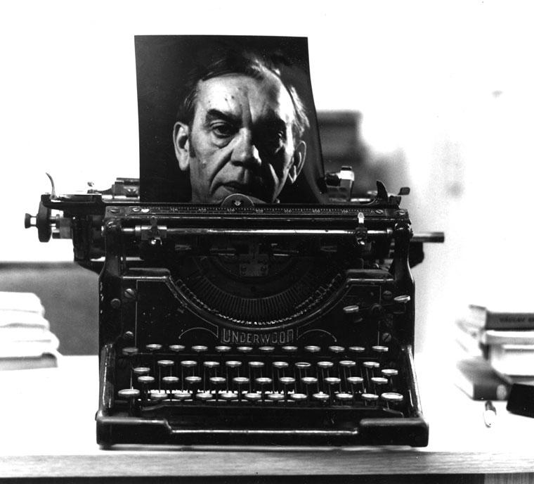 1977-Kormos-írógéppel