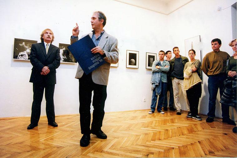 Eifert János megnyitja a Kortárs magyar fotográfia rendezvénysorozatát. Pécsi Galéria, 1999.09.14.