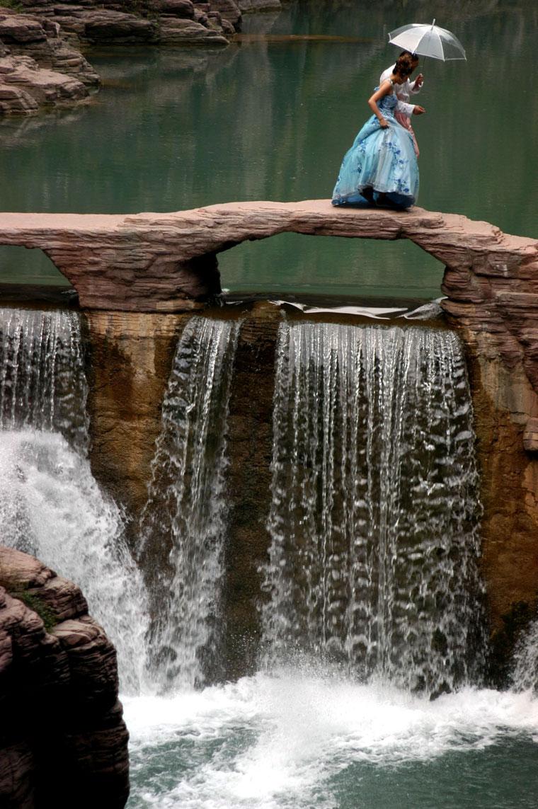 Eifert János: Divatfotó készül a Greenwaters-nél (Kína, Henan tartomány 2002)