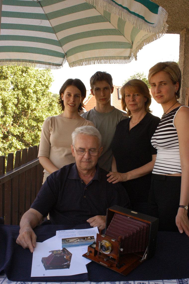 Hefelle József családjával (Photo. Eifert János)