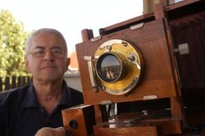 Hefelle József egy kihuzatos régi fényképezőgéppel (Photo. Eifert János)