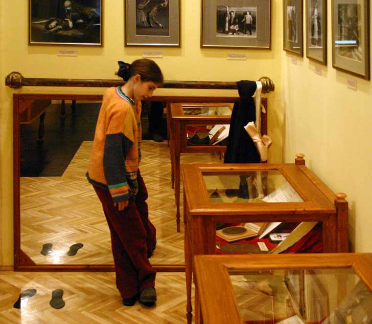 Eifert Kata Nóra a balettrúdnál, a Bajor Gizi Színészmúzeumban (Photo: Eifert János)