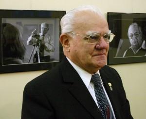 Tóth István fotóművész, Papp Elek fotókiállításának megnyitóján, Győr, 2005.02.25.