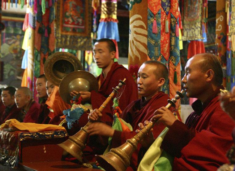 Budhista-templomban-zenésze