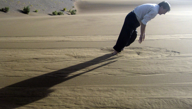 Kína-Ember-a-homokban