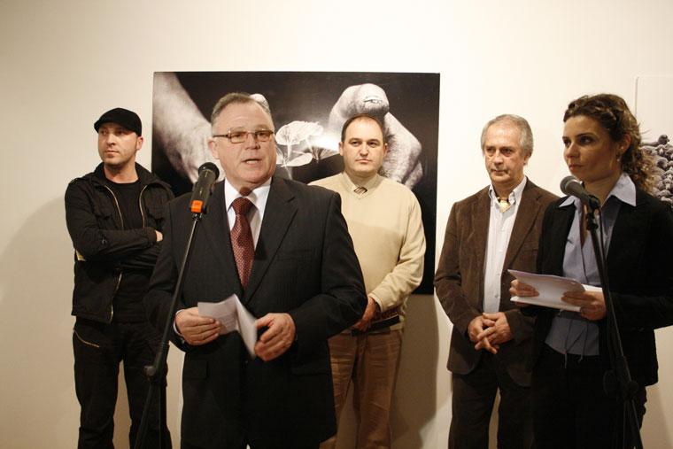 Imecs Zoltán meghatalmazott és rendkívüli nagykövet megnyitóbeszédét mondja (The Kosovo Art Gallery, 2009. február 24.)