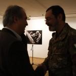 Gianfranco Di Luzio hadseregtábornok, a KFOR olasz főparancsnoka és Eifert János (The Kosova Art Gallery, Pristina, 2009.02.24.)