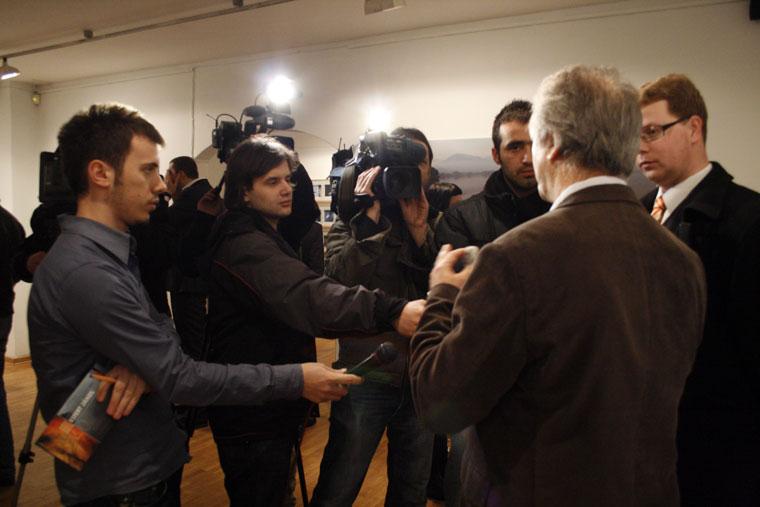 Eifert János interjút ad (The Kosovo Art Gallery, Pristina, 2009.02.24.)