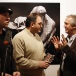 Zeni Ballazhi, a galéria igazgatója, Valton Beqiri, Koszovó kulturális-, ifjúsági- és sport-minisztere és Eifert János kiállítóművész (The Kosovo Art Gallery, Pristina, 2009.02.24.)