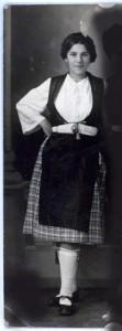 Anyám - Bódi Lenke - barátnõjével, néptáncruhában