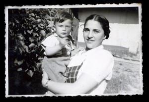 Anyámmal, 11 hónapos korombanHódmezövásárhely, 1944.