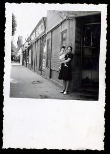 Anyámmal, apám füszer-csemege üzlete elött, 1944. júliusában