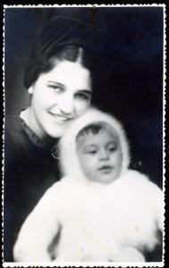 Anyámmal, 8 hónapos koromban, Hódmezövásárhely, 1943. dec.