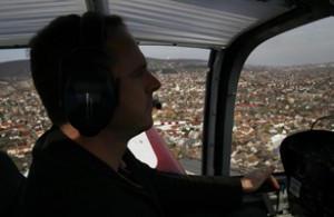 Karai Csaba sportrepülõgépét vezeti