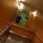 Baleseti-Központ-Liftben