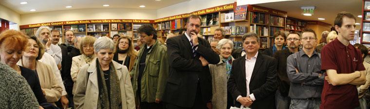 Örkény-Könyvesbolt-megnyitó-közönségt