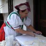 Hollókő-Margitka-lángost-készít