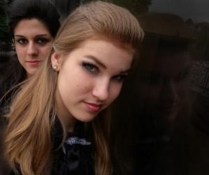 Modell-Divat-Iskola-Két-lány-feketében