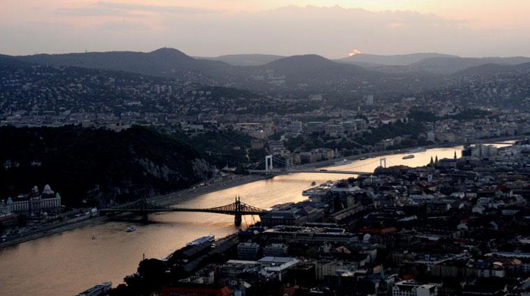 Budapest-0-24-Este-a-Duna-felett,-2007.06.20.20.37