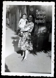 Anyámmal-üzletünk-előtt-14-hónaposan-1944