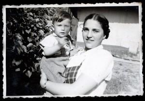 Anyámmal-11-hónapos-koromban-1944