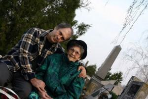 Anyámmal-Imre-bácsi-sírjánál-2002