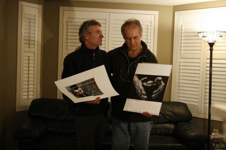Paxian Antal és Eifert János, kezükben a megvásárolt képek
