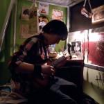 Karácsony-Andris-gitárfélén-játszik