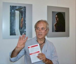 Gosztonyi Pál kiállításának megnyitóján Eifert János képeket elemez (Photo: Kapusy György)