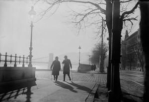 Kozák Lajos: Két sétapálcás férfi a budai Duna-parton, '30-as évek