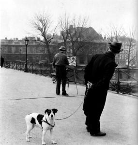 Robert Doisneau: Foxterrier a Művészetek Hídjánál / Foxterrier sur le pont des arts avec le peintre Daniel Pipart (Paris,1953)