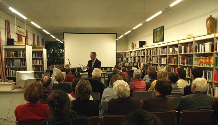Eifert János bemutatja Desmond Moris: A csupasz nő c. könyvét, amelynek képanyagát ő készítette. Hódmezővásárhely, 2007.11.26