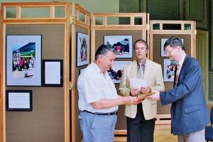 Vencsellei István átveszi a díjat Szvoboda Istvántól, a Kodak Magyarország Kft. ügyvezető igazgatójától a 2. Országos Fotóhetek legjobb kiállításainak járó díjátadón