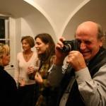 Eifert Béla fényképez Botond Béla kiállításának megnyitóján, hátul: Bódy Magdi, dr. Eifert Gabriella, E. Tóbiás Sára