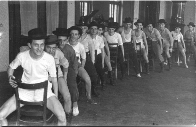 Vásárhelyi Népi Együttes próbatermében, székes-kalapos tánc (1957. március)
