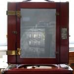 A szemközti ház fordított képe a mattüvegen, Bajtai Lajos gyűjteményéből (Photo: Eifert János)