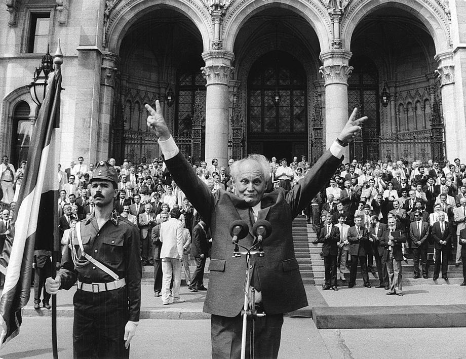 Göncz Árpád a Parlament előtt, 1990. augusztus 3.