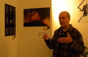 Eifert János a kiállított képeket elemzielemez
