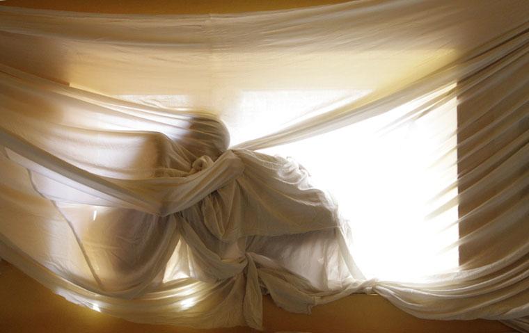 Ablakban-drapériával (Photo: Eifert János)