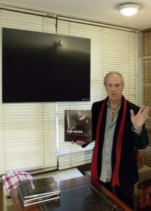 Eifert János könyvével és kiállított művével (Peti Péter felvétele)