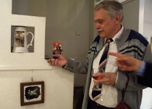 Fejér Zoltán kiállított művével (Peti Péter felvétele)