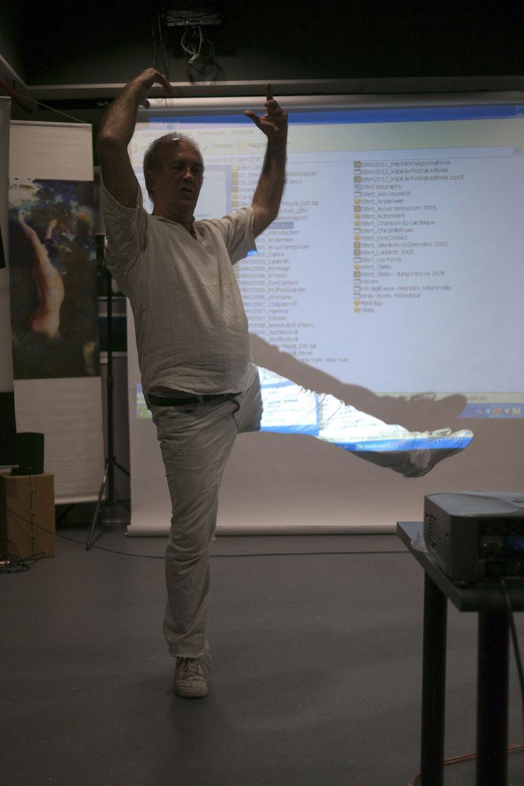 Eifert János a táncfényképezésről beszél és táncol is könyvbemutatóján, Tripont (Eöri Szabó Zsolt felvétele) 2012.05.29.