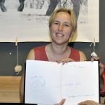 Tripont, Mina a dedikált könyvvel (Klug Viktor felvétele)