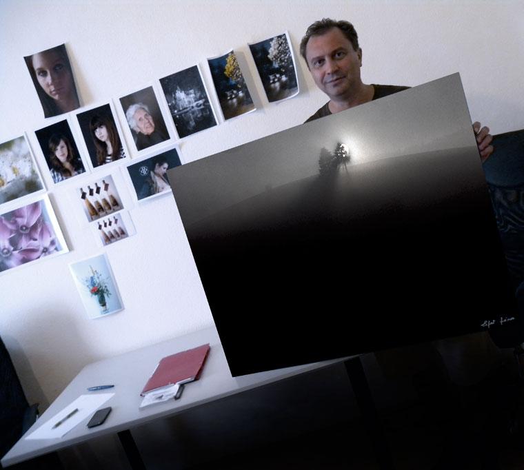 Ludman Lajos a Hajnal című képpel, Peti Péter stúdiójában (Photo: Eifert János)