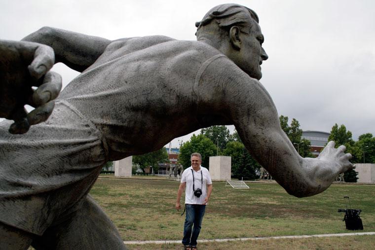 2012.07.25-Peti-Péter-a-szobornál (Photo: Eifert János)
