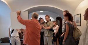"""Eifert János """"tárlatvezetése"""" Oláh Gergely Máté kiállításán (Fotó-Trixie)"""