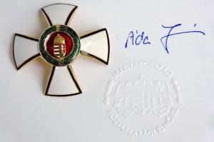 2012.08.16-Magyar-Érdekrend-Tisztikeresztje-Áder-János-aláírásával