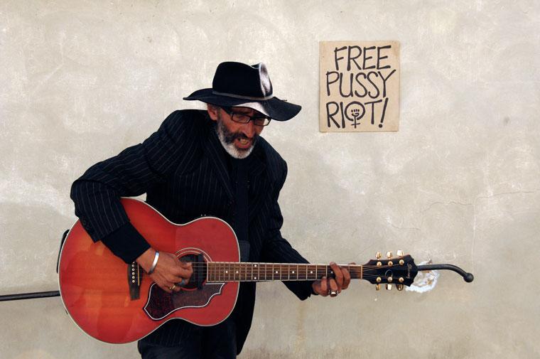 Utcai énekes a prágai Várban: Free-Puissy-Riot (Photo: Eifert János)