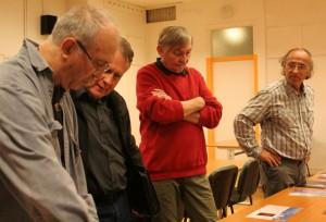 Eifert János a résztvevők képeiről beszél, bírál (Vadócz Zsuzsa felvétele)