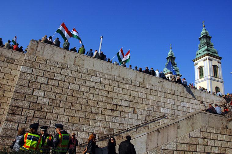 MILLÁS-tüntetés-az-Erzsébet-hídnál-rendőrökkel (Photo: Eifert János)